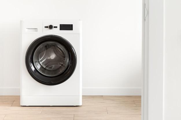 Lavanderia branca com uma máquina de lavar