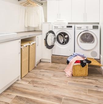 Lavanderia com cesto e roupas sujas