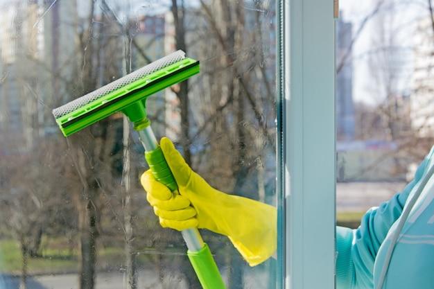 Lavando as janelas na primavera.