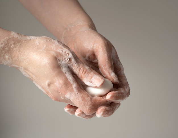Lavando as mãos com sabão para proteger contra vírus.