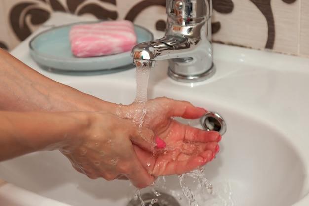 Lavando as mãos com sabonete para prevenção
