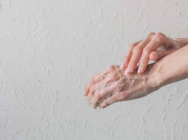 Lavando as mãos. conceito de higiene, previne a propagação de germes e bactérias e evita infecções por vírus corona