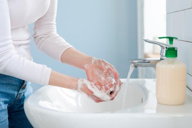 Lavando as mãos frequentemente com água e sabão