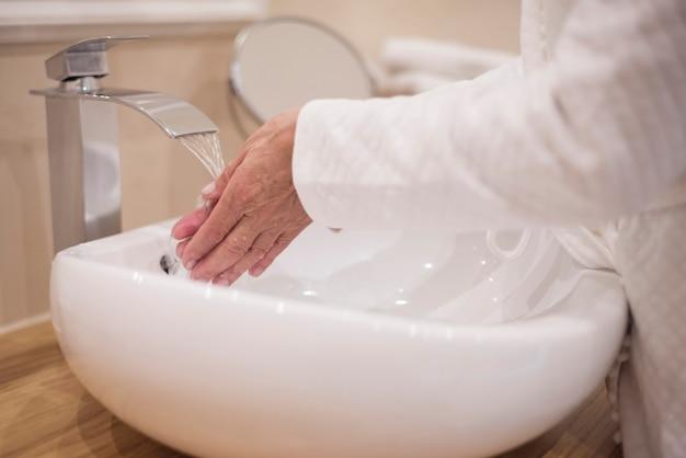 Lavando as mãos no banheiro