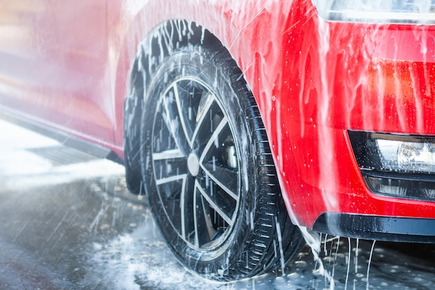 Lavando o carro com sabão. feche o conceito.