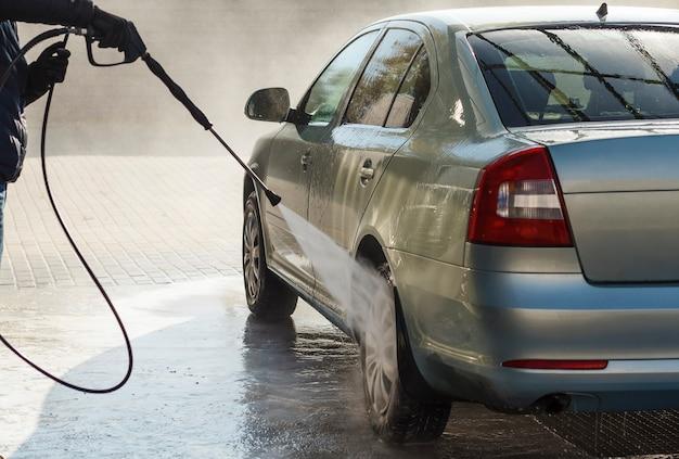 Lavando o carro no lava-jato de autosserviço