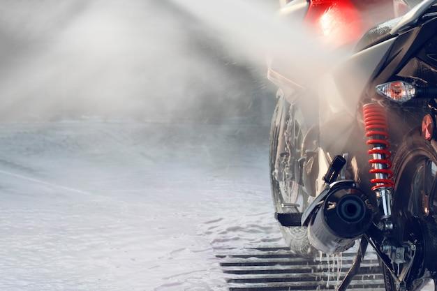 Lavando uma motocicleta em um lava-jato de autosserviço