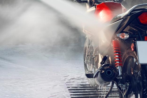 Lavando uma motocicleta em um lava-jato self-service.