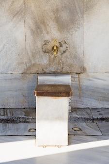 Lavar área antes de entrar na mesquita. sala de diluição. cultura muçulmana da turquia