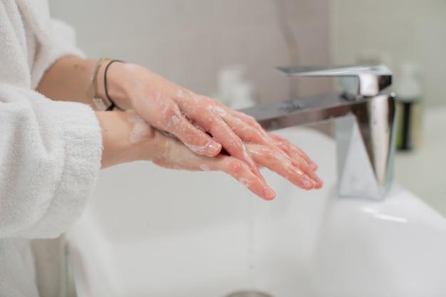 Lavar as mãos com água e sabão à torneira. higiene e conceito de estilo de vida saudável. foto de alta qualidade
