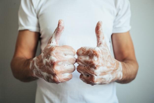 Lavar as mãos com sabão.