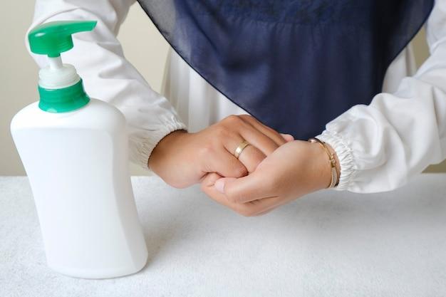 Lavar as mãos com sabonete líquido ou álcool em gel do conceito de higiene e saúde de garrafa de bomba
