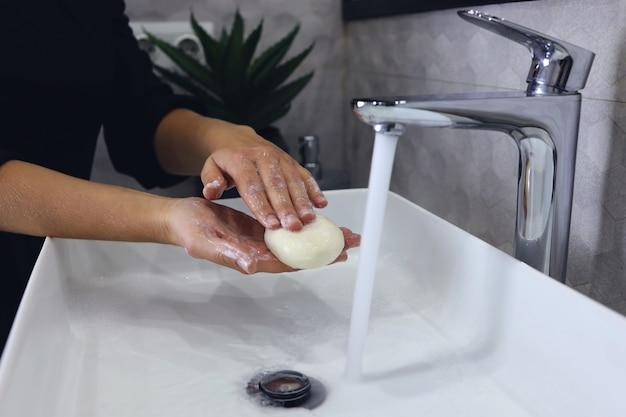 Lavar as mãos com sabonete no banheiro. higiene