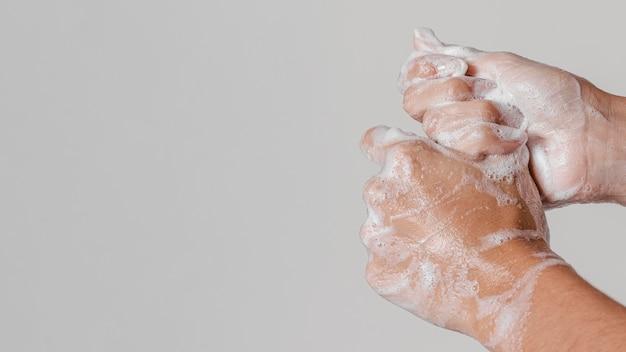 Lavar as mãos esfregando com sabão copiar espaço