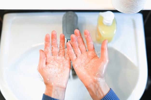 Lavar as mãos esfregando com sabão homem para prevenção do vírus da coroa, higiene para parar de espalhar o coronavírus. higiene das mãos para coronavírus, pandemia e epidemia.