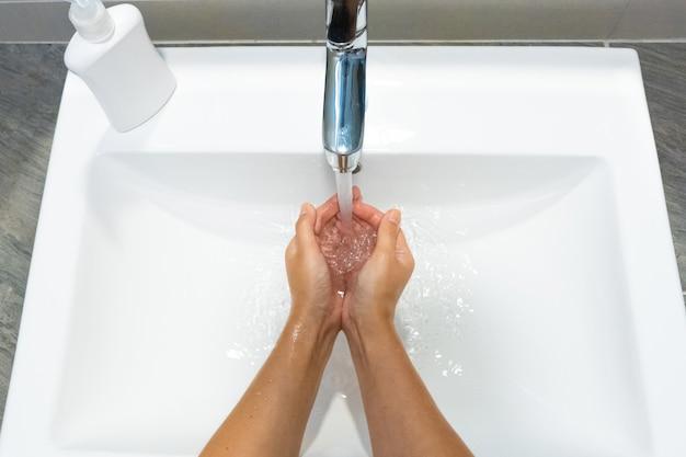 Lavar as mãos esfregando com sabão mulher para prevenção do vírus corona, higiene para parar a propagação do coronavírus
