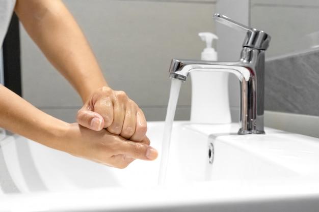 Lavar as mãos esfregando com sabão