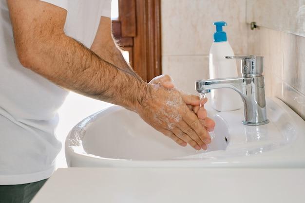 Lavar as mãos esfregando com sabonete para prevenção de coronavírus, higiene para parar de espalhar covid-19