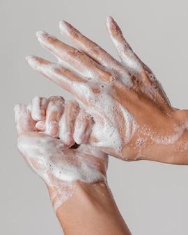 Lavar as mãos esfregando com sabonete