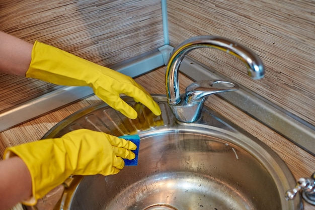 Lavar as mãos femininas