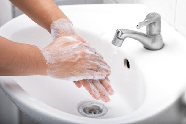 Lavar bem as mãos com água e sabão