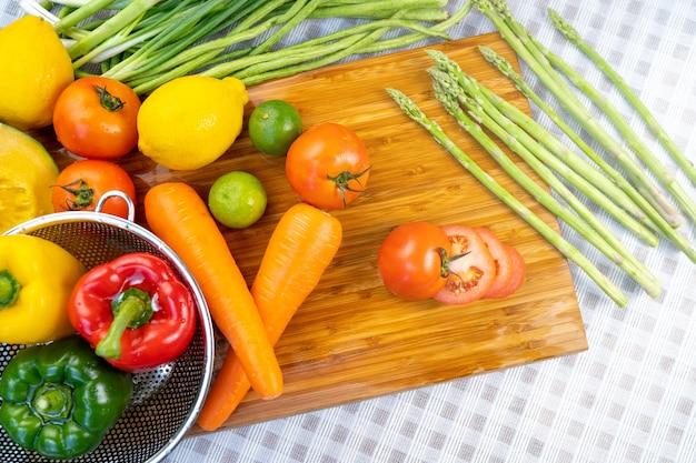 Lavar frutas e legumes.
