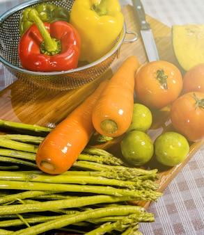 Lavar frutas e vegetais crus.