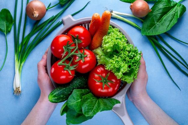 Lavar legumes. legumes maduros em peneira para cozinhar salada fresca. alimentação saudável e nutrição adequada. dieta balanceada.