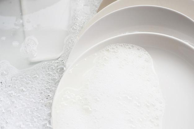 Lavar louça, louça suja de molho na pia da cozinha.