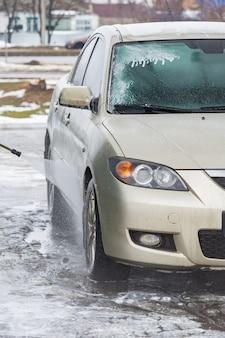 Lavar o carro com água e limpar com espuma. automóvel, serviço, lavagem da indústria de veículos automotivos, serviço