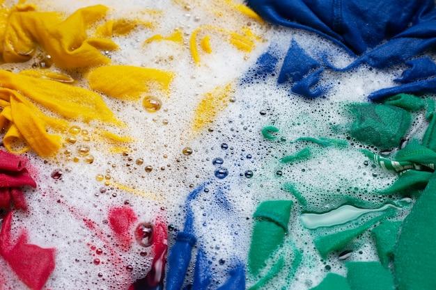 Lavar roupa, roupa colorida encharcada.