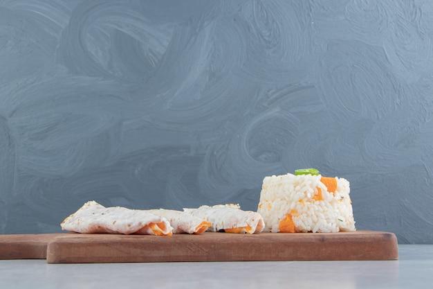 Lavash ao lado do arroz no quadro, no fundo de mármore.