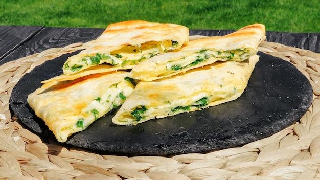 Lavash na grelha com queijo suculento