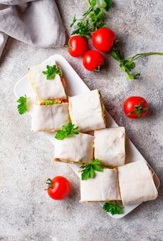 Lavash rola com frango e legumes