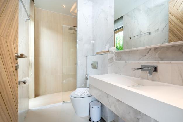 Lavatório e vaso sanitário