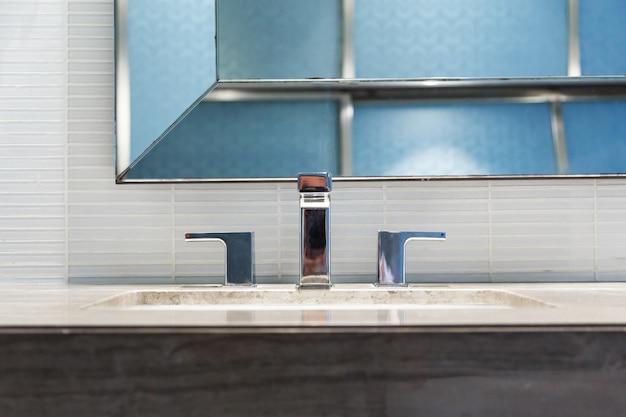 Lavatório moderno com torneira cromada