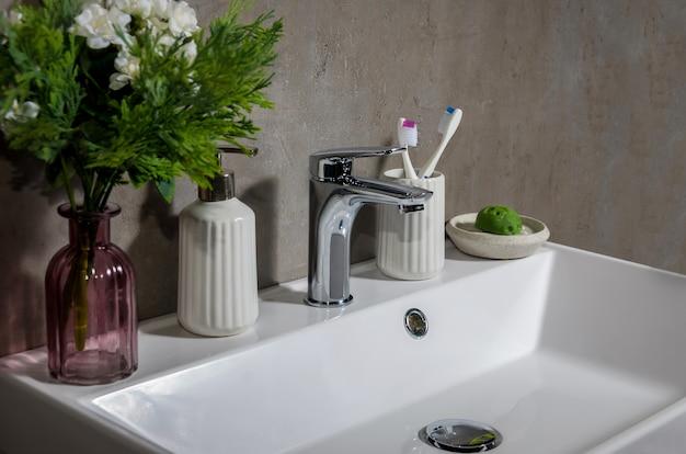 Lavatório moderno no banheiro moderno.
