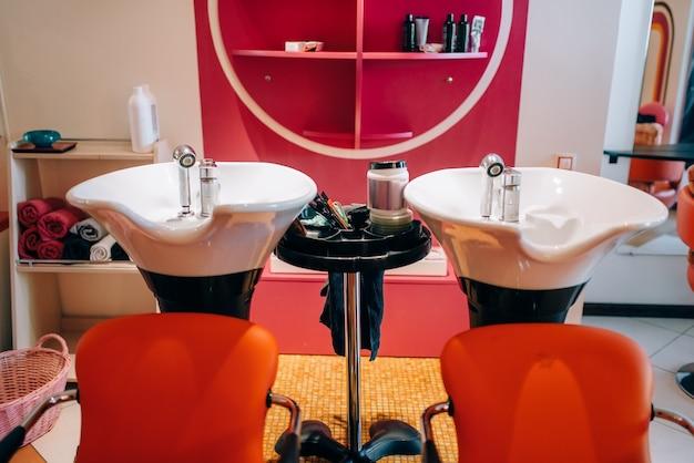 Lavatórios modernos em salão de cabeleireiro
