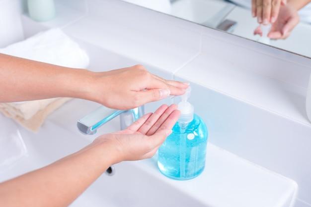 Lave as mãos com água e sabão para destruir a doença do vírus corona (covid-19)
