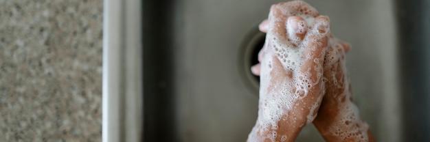 Lave as mãos com água e sabão para se proteger do coronavírus