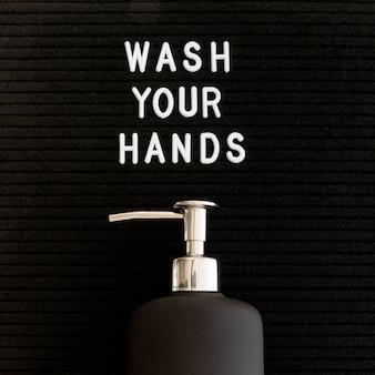 Lave as mãos com dispensador de sabão