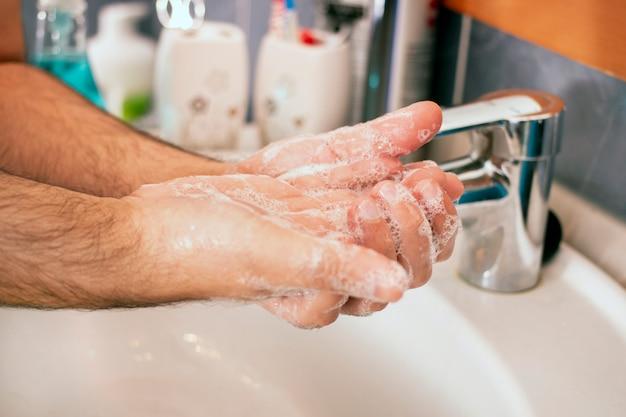 Lave as mãos com sabão