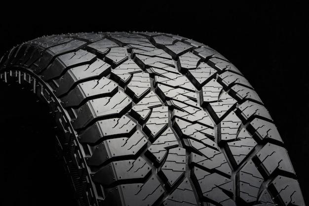 Lave o pneu para todas as estações com uma banda de rodagem potente. vista lateral de perto