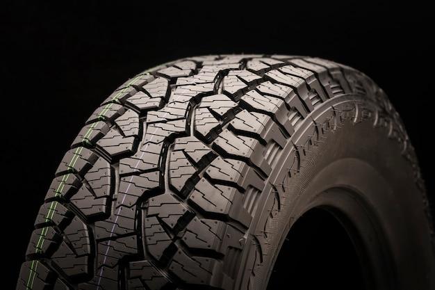 Lave pneus todo-o-terreno para suvs em um close preto, ripas e ganchos de terra, canais de drenagem e verificadores de desenho