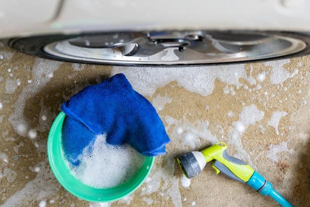 Lave um tecido de carro e bolhas para limpar o carro