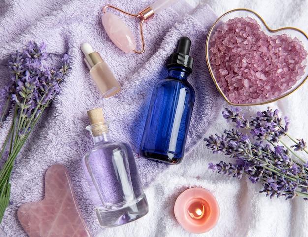 Lavender spa. óleos essenciais, sal marinho, toalhas e rolo facial. cosmético de ervas naturais com flores de lavanda