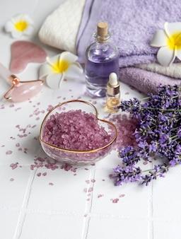 Lavender spa, óleos essenciais, toalhas de sal marinho e rolo facial