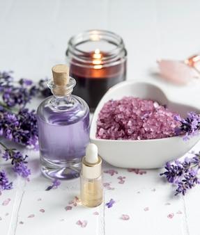 Lavender spa óleos essenciais, toalhas de sal marinho e velas