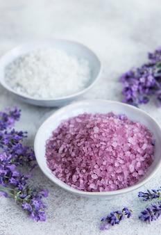 Lavender spa. sal marinho essencial e lavanda fresca. cosmético de ervas naturais com flores de lavanda