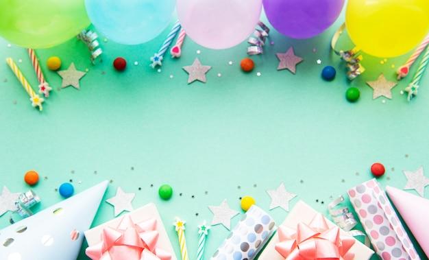 Lay flat com balões de aniversário, confetes e fitas